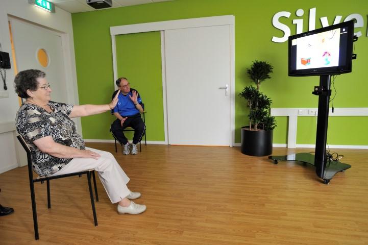 Oefening voor de bovenste extremiteit met de SilverFit 3D. Deze cliënt traint haar bovenste extremiteit met het spel geheugentraining.