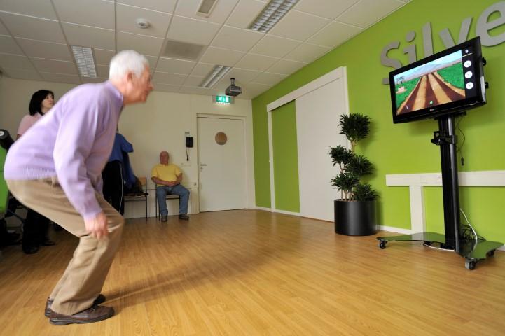 Uitdagende oefening voor cliënten met een goede fysieke gezondheid. Balans en spierkracht kan getraind worden het spel groentetuin op de SilverFit 3D.