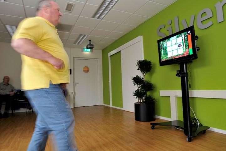 Uitdagende oefening voor cliënten met een goede fysieke gezondheid. Balans en spierkracht kan getraind worden het spel de Mol op de SilverFit 3D.
