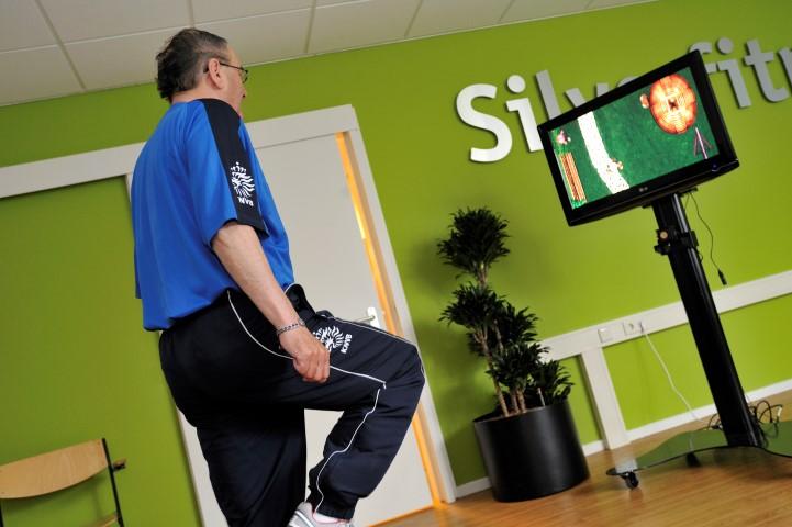 Uitdagende oefening voor cliënten met een goede fysieke gezondheid. Balans en spierkracht kan getraind worden het spel Wandeling op straat.